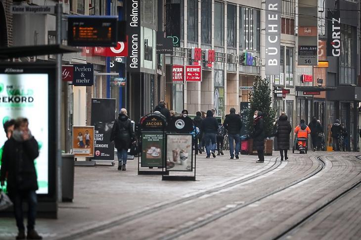 Vissza a hétköznapokba: járókelők Bréma belvárosában 2021. március 9-én. EPA/FOCKE STRANGMANN