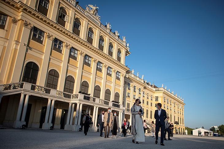 Nézők érkeznek koncertre a schönbrunni kastélynál Bécsben 2020. szeptember 18-án. Ma már ilyesmi elképzelhetetlen. EPA/CHRISTIAN BRUNA