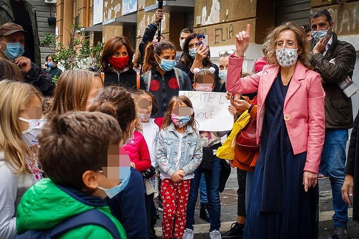 Szülők tüntetnek gyermekeikkel az iskolabezárások ellen Nápolyban 2020. október 17-én. EPA/CESARE ABBATE