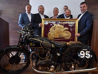 Az ellenzék is szeret motorozni - A Fidesszel együtt szavazták meg a kormány 65 milliárd forintos tervét