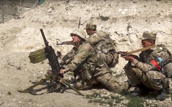 Azeri katonák az örmény fegyveres erőkkel vívott összecsapás közben Hegyi-Karabahban 2020. szeptember 27-én. (Fotó: MTI/AP/Azerbajdzsáni védelmi minisztérium sajtóirodája)
