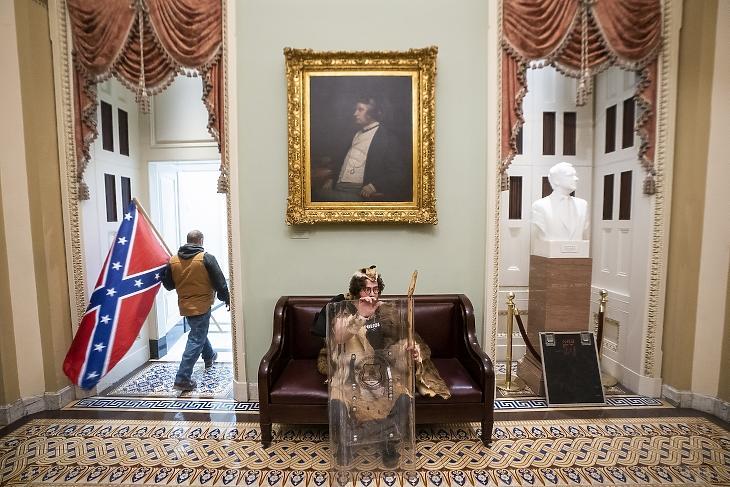 Egy Trump-hívő a Capitoliumban. Fotó: EPA / Jim Lo Scalzo
