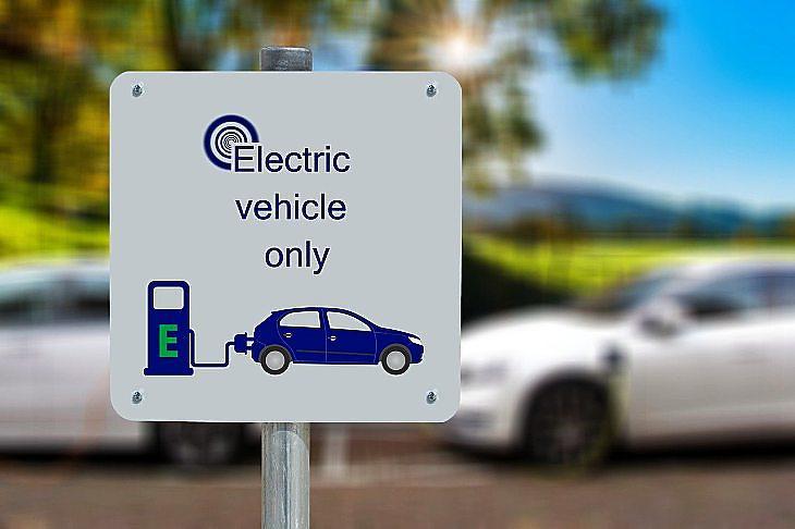 Kizárólag elektromos autóknak (Pixabay.com)