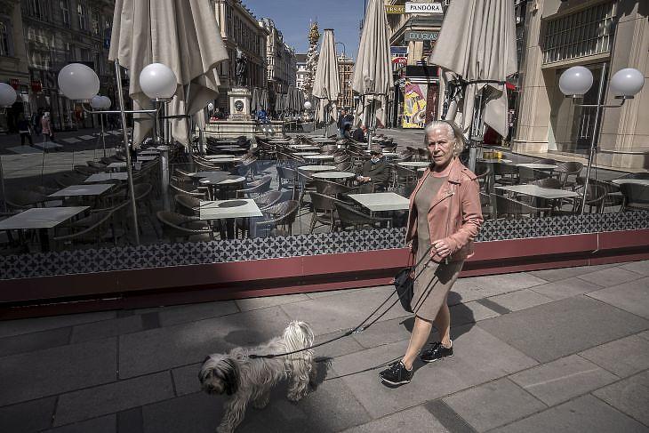 Kutyasétáltató hölgy a bécsi Grabenen 2020. április 16-án.  EPA/CHRISTIAN BRUNA