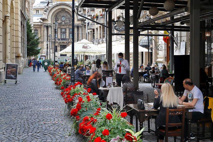 A Carul Cu Bere étterem terasza Bukarest óvárosában 2020. június elsején.  Romániában ismét erőre kapott a járvány, miután lazítottak a korlátozó intézkedéseken. EPA/ROBERT GHEMENT