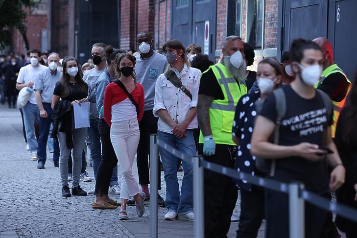 Covid elleni vakcinára várakozók egy berlini oltópont előtt 2021. augusztus 9-én. EPA/Sean Gallup / POOL