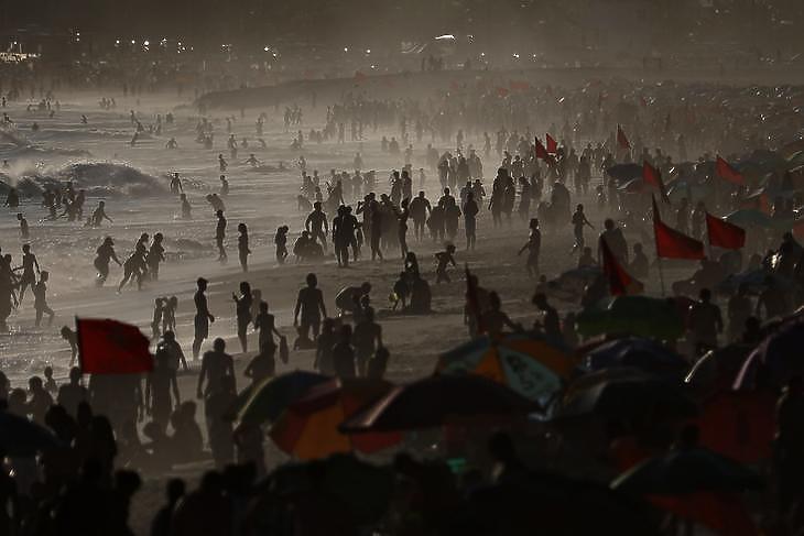 Kétarcú ország: zsúfolt kórházak, zsúfolt strandok. Az Ipanema Rio de Janeiróban napnyugtakor 2021. január 21-én. EPA/Fabio Motta