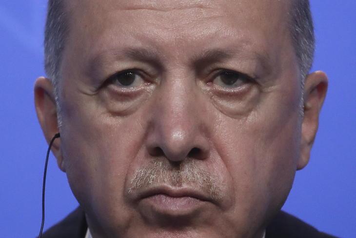Recep Tayyip Erdogan beszél a NATO-tagországok állam-, illetve kormányfőinek találkozóján Brüsszelben 2021. június 14-én. Illusztráció. (Fotó: MTI/AP/Reuters pool/Yves Herman)