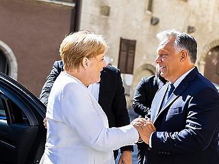 A nap képe: Merkel már Magyarországon mosolyog