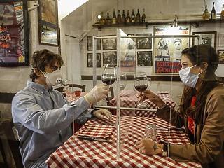 Pincérek szájmaszkban: így indul újra az élet Olaszországban