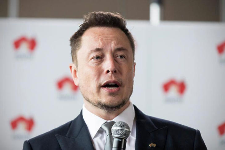 A Tesla vezérének kapaszkodnia kell (fotó: MTI)