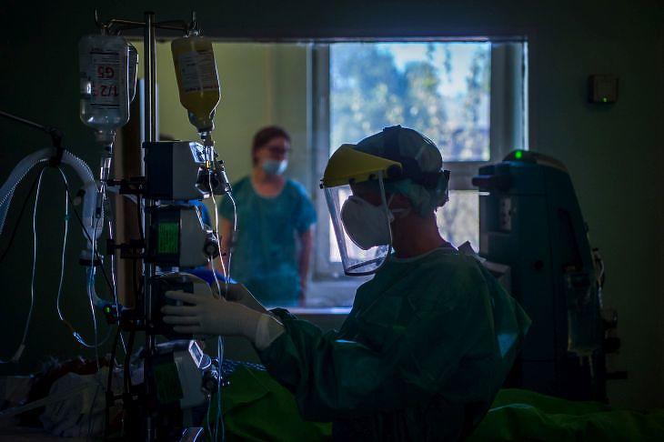 Egy koronavírusos beteget vizsgálnak az intenzív osztályon a budapesti Szent László Kórházban 2020. április 22-én. EPA/Balogh Zoltán
