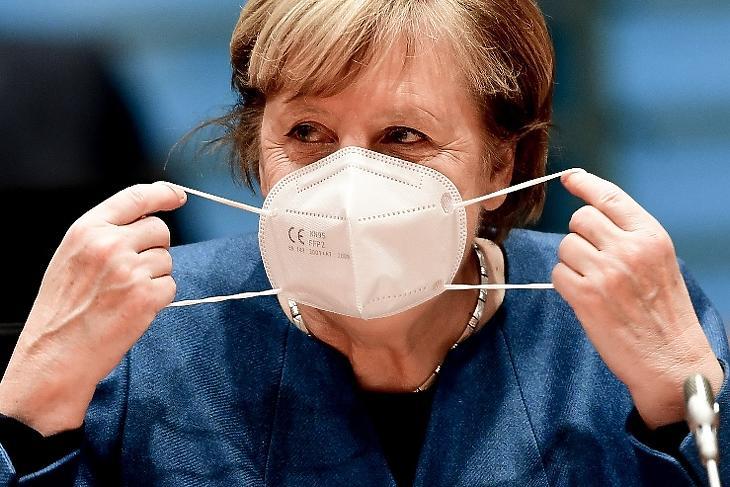 Angela Merkel a kormányülés előtt Berlinben 2020. október 28-án. EPA/FILIP SINGER