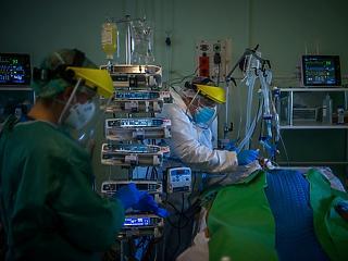 Már a tesztek 17 százaléka pozitív, több száz magyar került kórházba egy nap alatt