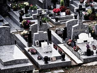 Továbbra sincs fordulat: kevesebb a gyerek, több a temetés