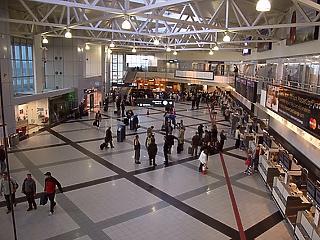 Kiderült, mennyivel nő a reptéri dolgozók fizetése