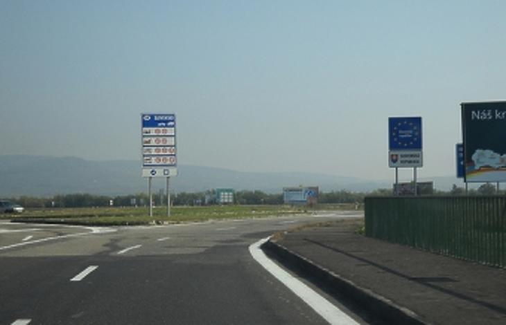 Óriási a dugó a határátkelőknél – több órát kell várni