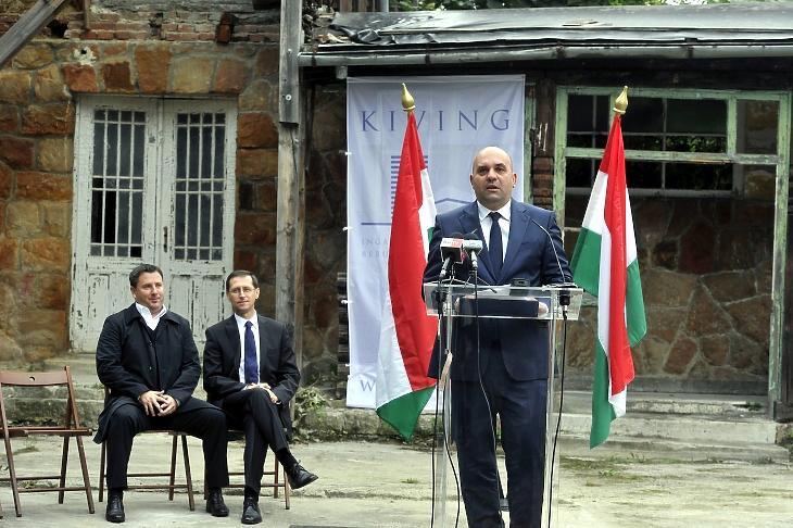 Márton Péter 2014-ben, még a Magyar Nemzeti Vagyonkezelő Zrt. (MNV) vezérigazgatójaként - mögötte Varga Mihály akkori nemzetgazdasági miniszter. MTI Fotó: Kovács Attila