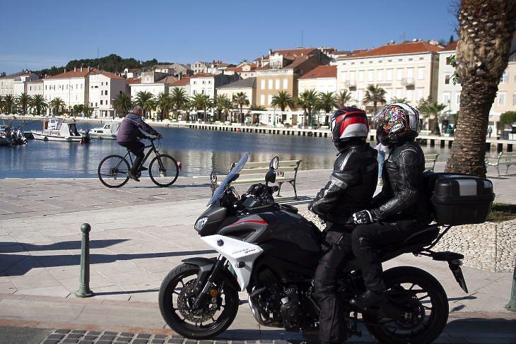 Belföldi turisták a horvátországi Mali Losinj szigetén 2020. május 11-én. EPA/DOMINIK BAT