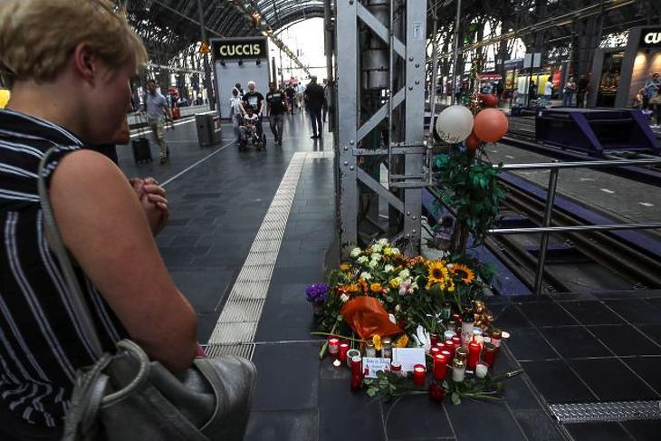 A nap képe: így gyászolják Németországban a vonat alá lökött kisfiút