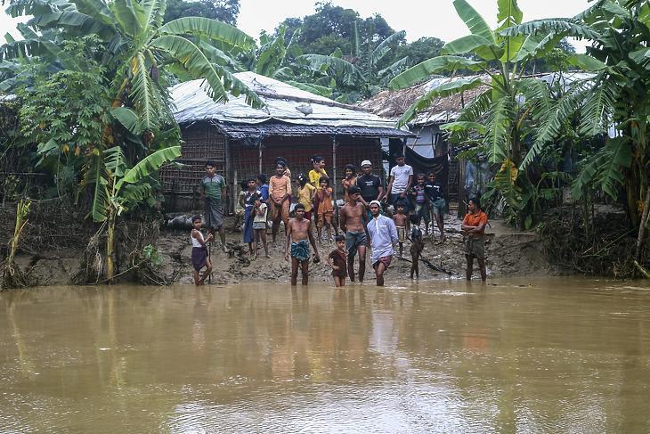 Rohingja menekültek a heves esőzések nyomán víz alá került bangladesi Cox's Bazar körzetben levő Kutupalong menekülttáborban 2021. július 28-án. (Fotó: MTI/AP/Shafiqur Rahman)