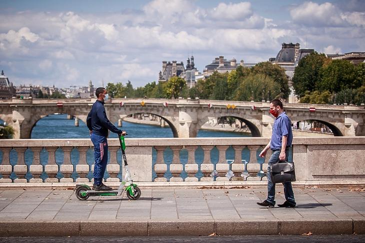 Védőmaszkot viselő férfiak kelnek át egy párizsi hídon a Szajna felett 2020. augusztus 3-án. EPA/CHRISTOPHE PETIT TESSON