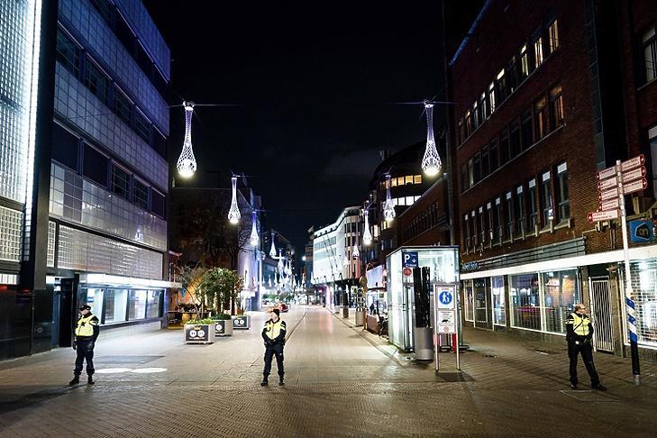 Rendőrök a kihalt Grote Marktstraat bevásárlóutcában Hágában 2021. január 26-án. EPA/ANP