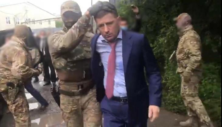 Az Orosz Nyomozó Bizottság által közreadott képen Szergej Furgalt, a Habarovszki terület kormányzóját kommandósok veszik őrizetbe Habarovszkban 2020. július 9-én. A politikust azzal gyanúsították meg, hogy 2004-2005-ben több üzletember meggyilkolását szervezte meg az orosz Távol-Kelet három régiójában. A kormányzót repülővel Moszkvába szállították át. MTI/AP/Orosz Nyomozó Bizottság
