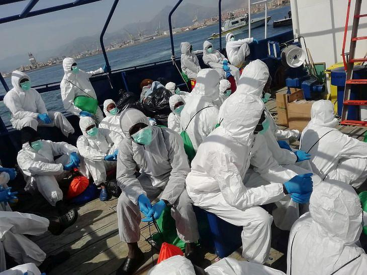 A Földközi-tengerből kimentett bevándorlók egy hajón Palermo közelében 2020. április 19-én.  EPA/SALVAMENTO MARITIMO HUMANITARIO