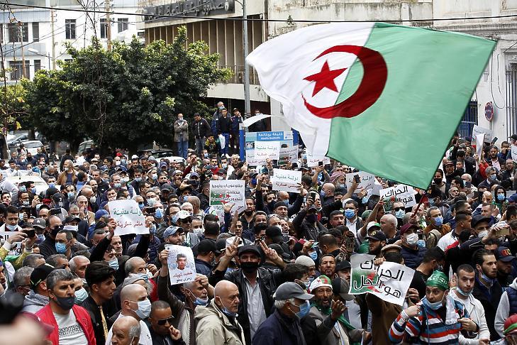 Kormányellenes tüntetők Algírban 2021. február 26-án. (Fotó: MTI/EPA/STR)