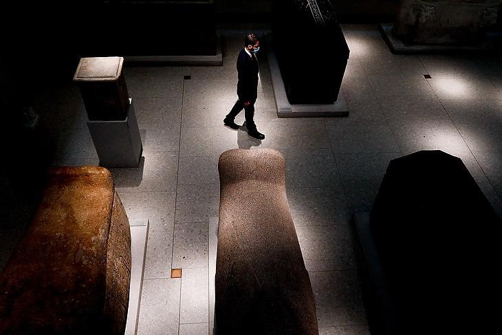 Óvatos egyensúlyozás - biztonsági őr az újranyitott Egyiptomi Múzeumban Berlinben 2021. március 16-án. EPA/FILIP SINGER
