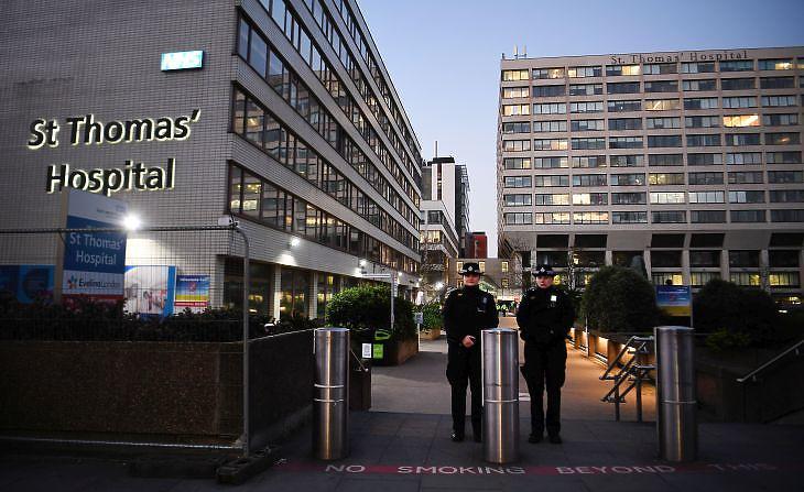 Rendőrök a St. Thomas kórház előtt Londonban 2020. április 7-én.  EPA/ANDY RAIN