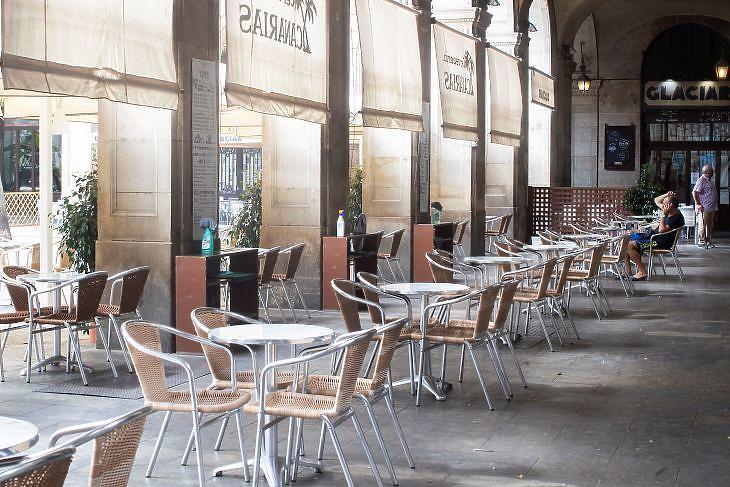 Csaknem teljesen üres kávézó Barcelonában 2020. július 31-én. EPA/Marta Perez