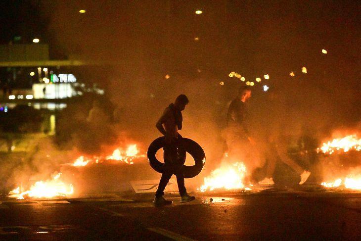 Zavargások Malmö Rosengard negyedében 2020. augusztus 28-án. A tiltakozást az robbantotta ki, hogy a Kemény Vonal nevű szélsőjobboldali párt tagjai elégettek egy Koránt. EPA/TT NEWS AGENCY