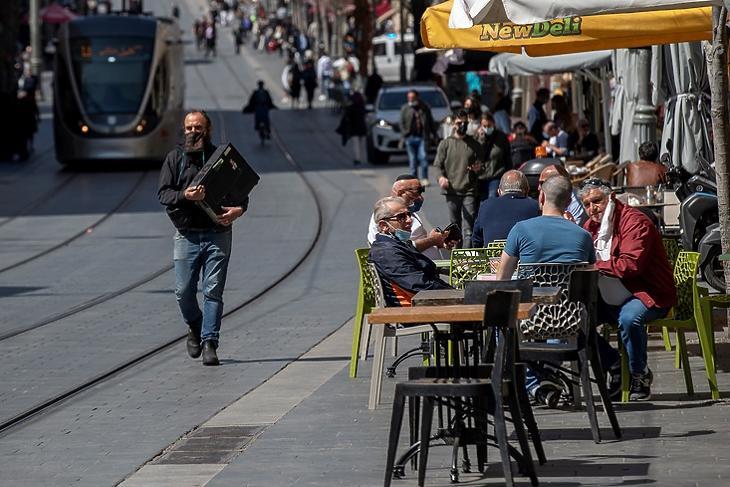 Izrael már eddig is nyitva volt, de most még inkább nyitva lesz. Ez a fotó 2021. március 7-én készült Jeruzsálemben, és már ez is szinte teljesen normális állapotokat mutat. (Foró: EPA/ATEF SAFADI)