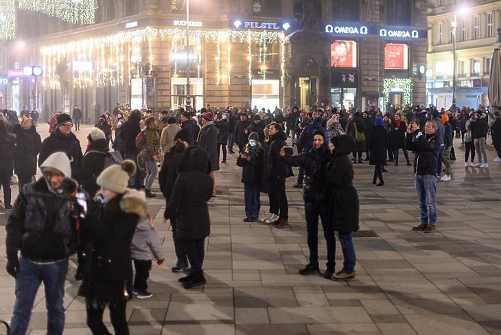 Ünneplők Bécs központjában, a Stephansplatzon 2020. december 31-én. EPA/CHRISTIAN BRUNA