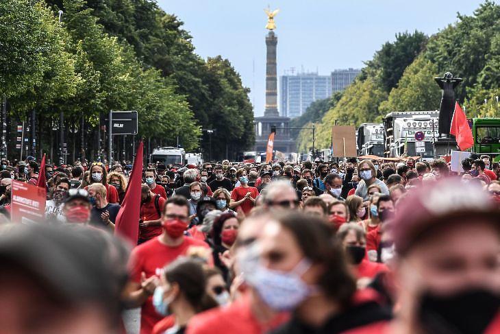Rendezvényszervezők és kulturális területen dolgozók tüntetnek Berlinben a korlátozások lazításáért vagy anyagi kompenzációért 2020. szeptember 9-én. EPA/FILIP SINGER