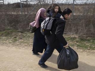 A nap képe: batyu a kézben, gyerek a háton – menedékkérők a határnál