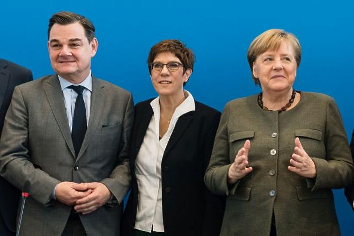 Padlót fogott Merkel pártja – keresik az új vezért
