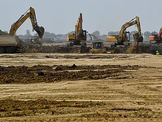 Beruházások állnak le Debrecenben, a BMW gyárat nem érinti