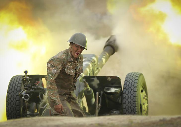 Örmény katona a fegyveres összecsapásokban (Fotó: MTI/AP/Örmény védelmi minisztérium sajtóhivatala/PAN Photo/Sipan Gyulumyan )