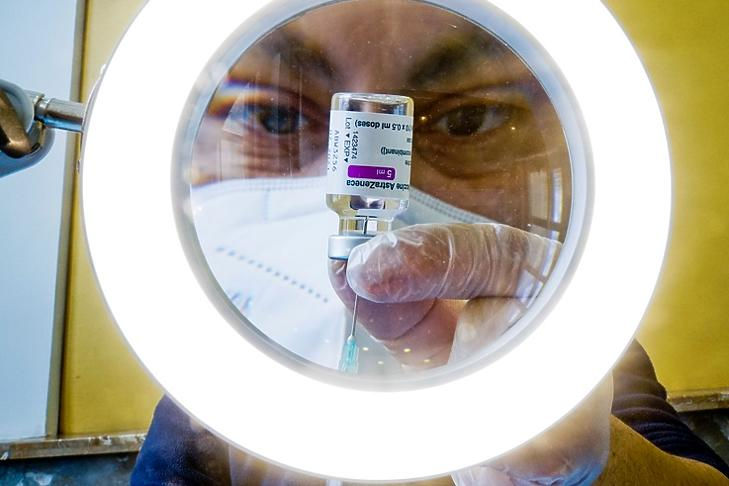 Egy egészségügyi dolgozó készíti elő az AstraZeneca-vakcinát Nápolyban 2021. április 13-án. EPA/CIRO FUSCO