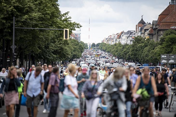 A koronavírus terjedésének megakadályozását szolgáló korlátozások ellen tüntetnek Berlinben 2021. augusztus 1-jén. (Fotó: MTI/AP/dpa/Fabian Sommer)