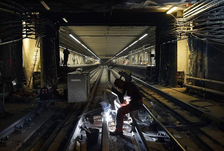 Az áramvezető síneket hegeszti egy szakember az Ecseri út metróállomáson az M3-as metró felújítás alatt álló déli szakaszán. Fotó: MTI/Máthé Zoltán