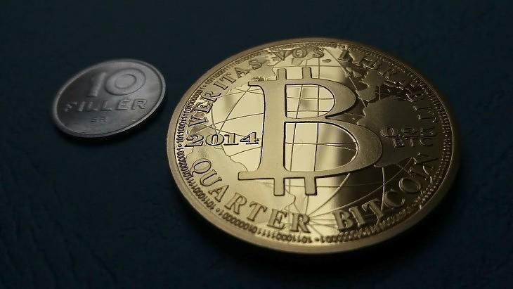 Bitcoin-emlékérme és tízfilléres (E. J.)