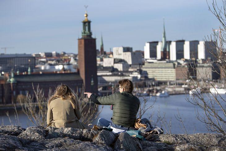 Elveszett szabadság - fiatalok élvezik a tavaszi időt egy dombtetőn Stockholmban 2020. április 22-én. EPA/ANDERS WIKLUND