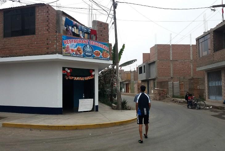 Limai lakóházak, ahol a földrengésálló betonvasak fent eleve a készen vannak egy új emelet felhúzásához.