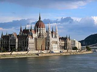 Összeül a parlament: kezdődik a vita az adócsomagról