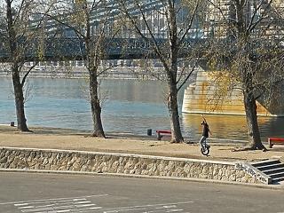 A nap képe: magányos monociklis a Duna-parton