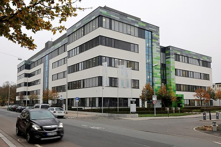 Megtalálták az ellenszert? A BioNTech egyik épülete Mainzban 2020. november 10-én. EPA/RONALD WITTEK